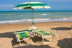 Adriatische Seeküstenansicht Küste von Italien, Sommerregenschirme auf sandigem Strand mit Wolken auf Horizont Lizenzfreie Stockbilder