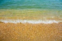 Adriatische Seeküstenansicht Küste von Italien, von sandigem Strand und von Welle, Sommerhintergrund Lizenzfreie Stockfotografie