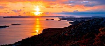 Adriatische Stadt der Luftsonnenuntergangansicht Pakostane Stockbild