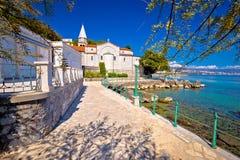Adriatische Stadt der Opatija-watefront Gehweg- und Kirchenansicht Stockfotos