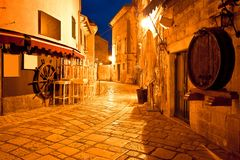 Adriatische Stadt der Porec-Straßen-Abendansicht Stockfotos