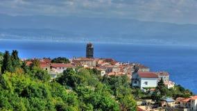 Adriatische Stadt von Bucht Brsec und Kvarner Stockbild