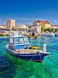 Adriatische Stadt von bunter Ufergegend Razanac Stockfotos