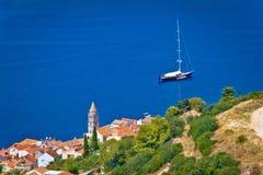 Adriatische Stadt von Kraftsegeln-Bestimmungsortufergegend Stockbild
