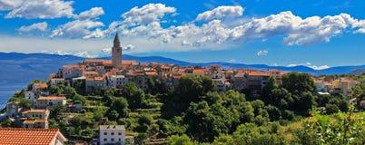 Adriatische Stadt Vrbnik der panoramischen Ansicht Lizenzfreie Stockbilder