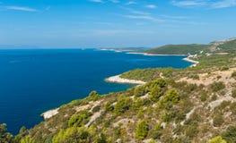 Adriatische szenische Ansicht der Inselseeküste. Hvar Stockbild