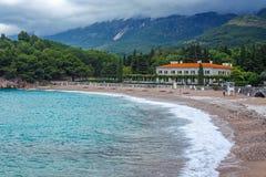 Adriatische zeekust, Milocer-strand, Sveti Stefan, Montenegro Stock Foto's