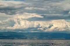 Adriatischer Himmel und Meer des drastischen Meerblicks Stockbilder