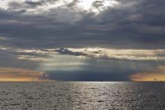 Adriatischer Meerblick bei drastischem Sonnenuntergang in Istria, Kroatien Stockbilder