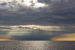 Adriatischer Meerblick bei drastischem Sonnenuntergang in Istria, Kroatien Lizenzfreie Stockfotografie