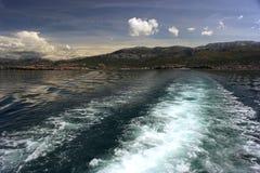 Adriatischer Meerblick mit Schiffsspur Lizenzfreie Stockfotos