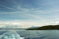Adriatischer Meerblick mit Schiffsspur Stockfotos