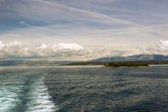 Adriatischer Meerblick mit Schiffsspur Stockfotografie