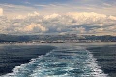Adriatischer Meerblick mit Schiffsspur Lizenzfreie Stockbilder