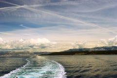 Adriatischer Meerblick mit Schiffsspur Stockbild