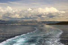 Adriatischer Meerblick mit Schiffsspur Lizenzfreies Stockfoto