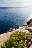 Adriatischer meeres- Strand in der alten Stadt von Dubrovnik Dalmatien, Kroatien Stockfotografie