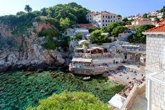 Adriatischer meeres- Strand in der alten Stadt von Dubrovnik, Kroatien Stockfotografie