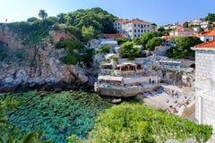 Adriatischer meeres- Strand in der alten Stadt von Dubrovnik, Kroatien Lizenzfreie Stockfotos