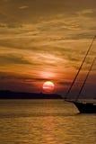 Adriatischer Sonnenuntergang und ein Boot Lizenzfreie Stockfotos