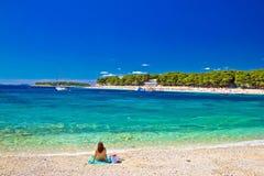 Adriatischer Strand des Türkises in Primosten Lizenzfreie Stockfotos