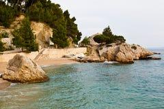 Adriatischer Strand im Brela Dorf Stockbilder