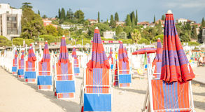 Adriatischer Strand mit roten Regenschirmen Lizenzfreie Stockbilder