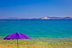 Adriatischer Strand in Zadar mit megayacht Hintergrund Stockfotos