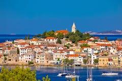 Adriatischer touristischer Bestimmungsort der Primosten-Skylineansicht Lizenzfreies Stockbild