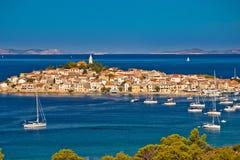 Adriatischer touristischer Bestimmungsort panoramischen von der Luftarchi Primosten Stockfotos