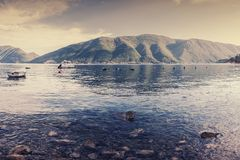 Adriatischer Weinlesemeerblick mit Boot Stockfoto