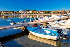 Adriatisches Dorf der bunten Ufergegendansicht Bibinje Lizenzfreie Stockfotografie