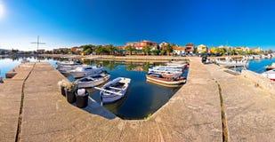 Adriatisches Dorf des Hafen- und Ufergegendpanoramablicks Bibinje Lizenzfreie Stockfotos