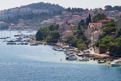 Adriatisches Dorf entlang Wasser Stockfotografie