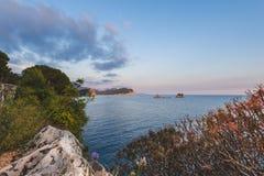 Adriatisches Küsten-Panorama nahe Petrovac Stockfoto