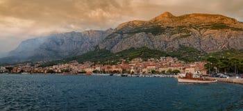 Adriatisches Küstenlinienpanorama bei Sonnenuntergang Makarska Kroatien Stockfoto