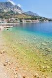 Adriatisches Meer bei Podgora in Kroatien mit haarscharfem Meer Lizenzfreies Stockbild