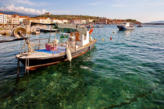 Adriatisches Meer bei Sonnenuntergang, Fischerboote im Hafen in Senj Kroatien Lizenzfreie Stockfotos