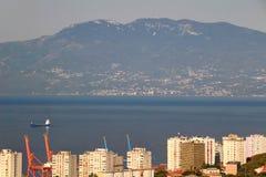 Adriatisches Meer, Berge und hässliche Turmblöcke von Rijeka Kroatien Stockbild