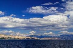 Adriatisches Meer, Berge und Hügel Blauer Himmel mit weißen Wolken Lizenzfreie Stockfotos