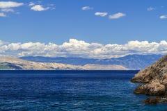 Adriatisches Meer, Berge und Himmel mit Wolken Stockfotos
