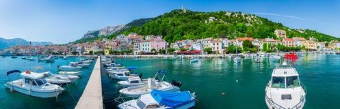 Adriatisches Meer der wunderbaren romantischen Sommernachmittagslandschaftspanoramaküstenlinie Boote und Yachten im Hafen am cris Lizenzfreie Stockfotografie