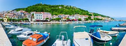 Adriatisches Meer der wunderbaren romantischen Sommernachmittagslandschaftspanoramaküstenlinie Boote und Yachten im Hafen am cris Lizenzfreie Stockbilder