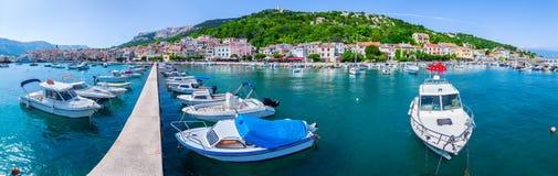Adriatisches Meer der wunderbaren romantischen Sommernachmittagslandschaftspanoramaküstenlinie Boote und Yachten im Hafen am cris Stockfoto