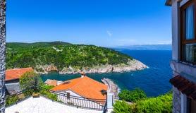 Adriatisches Meer der wunderbaren romantischen Sommernachmittagslandschaftspanoramaküstenlinie Das magische klare transparente bl Lizenzfreie Stockfotografie