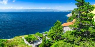 Adriatisches Meer der wunderbaren romantischen Sommernachmittagslandschaftspanoramaküstenlinie Das magische klare transparente bl Lizenzfreie Stockfotos