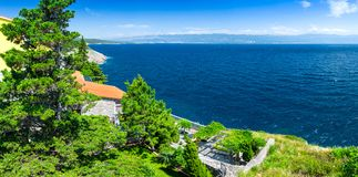 Adriatisches Meer der wunderbaren romantischen Sommernachmittagslandschaftspanoramaküstenlinie Das magische klare transparente bl Stockfotos