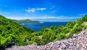 Adriatisches Meer der wunderbaren romantischen Sommernachmittagslandschaftspanoramaküstenlinie Das magische klare transparente az Stockbilder