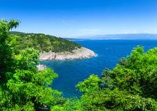 Adriatisches Meer der wunderbaren romantischen Sommernachmittagslandschaftspanoramaküstenlinie Das magische klare transparente az Lizenzfreies Stockbild