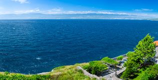 Adriatisches Meer der wunderbaren romantischen Sommernachmittagslandschaftspanoramaküstenlinie Das magische klare transparente az Lizenzfreie Stockfotografie